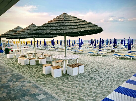 tavoli sulla sabbia