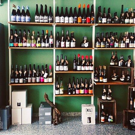 Wohlsein Weine ist eine Bühne für kleine und spezielle Weinmacher, die aus Liebe zum Handwerk und in Zusammenarbeit mit der Natur arbeiten.