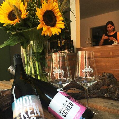 In der Vinothek Wohlsein in Erlangen finden sich besondere Weine von kreativen oder kleinen Weingütern aus Franken.