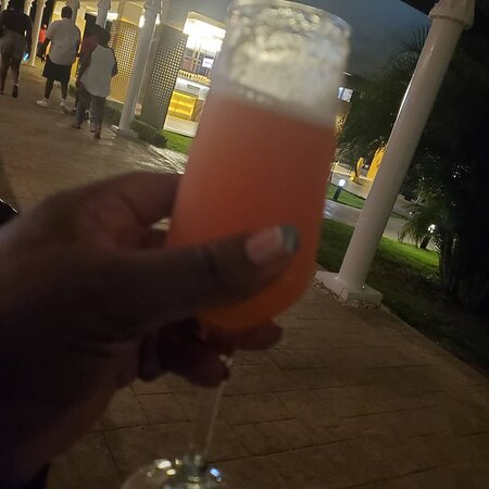 My #jamaican #fruitpunch #GM Enrique brought me while I was waiting outside the specialty restaurant #zen  #thepresentation #feelinglikeroyalty #travelinfluencer #greenworldwidetravel