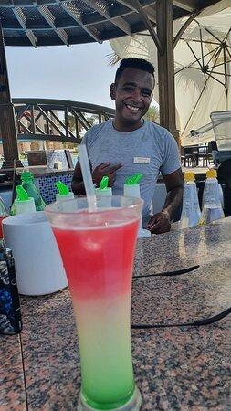Mohamed El-Tayb je super barman a vyhoví každému přání které lze splnit.. Přátelský milý a vždy usměvavý.