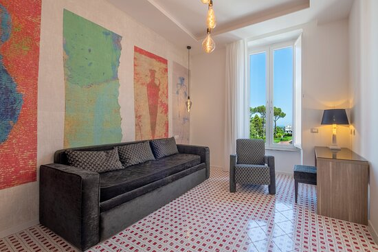 Zona soggiorno suite Anfore con divano letto