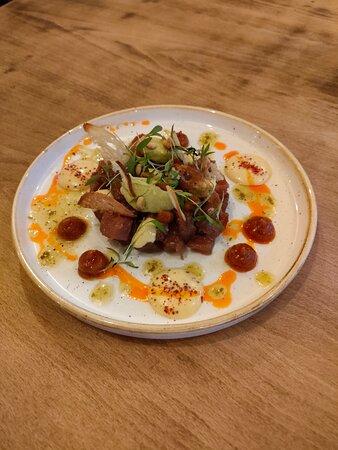 Tapas du moment: Tartare de thon rouge mariné,quenelles d'houmous et avocat, mayonnaise d'agrumes.