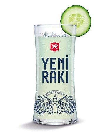 Yeni Raki  Distillato dall'uva e aromatizzato con anice, questo aperitivo mediterraneo è profondamente radicato nella cultura turca, le canzoni sono cantate e scritte sui tavoli raki turchi, le poesie sono annotate sui tovaglioli e recitate - non manca mai di intrattenere e riunire le persone. Goditi il tuo Yeni Raki liscio o con acqua fredda. L'acqua si trasformerà in un bianco lattiginoso e torbido. 45%vol.