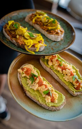 It's Tartine o'clock!  With the Marrakech you get some spicy avocado with eggs. While the Havana will leave you dreaming of white beaches with its pulled pork, zucchinis, mustard and cheddar.   Marrakech 🥑 or Havana 🧀 today?