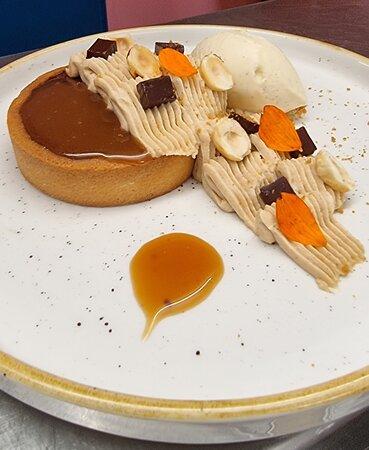 Dessert du jour : Tartelette chocolat, crémeux praliné noisette. Caramel beurre salé et glace vanille.