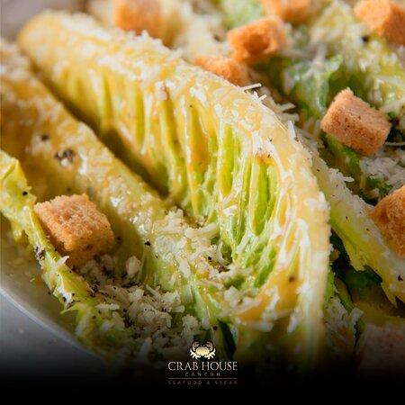 Nuestra tradicional ensalada Cesar, servida en su mesa.