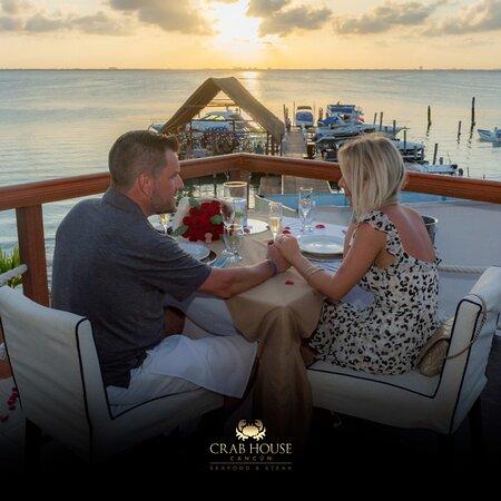 Disfruta de una deliciosa cena romántica con la mejor vista de la Zona Hotelera en Cancún.
