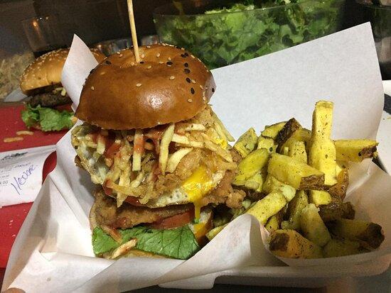 Súper deliciosas alitas bbq y hamburguesas