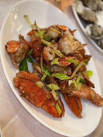 從科隆到馬賽此行走了上千公里,同行的親戚朋友中竟然最有「中國胃」的是本人的鬼佬老公,因此每一站都有幫襯當地中餐館,原本以為在歐洲很多中餐館的應該食材所限所以味道服務過得去就這樣,但這次應該是繼上次在荷蘭阿姆斯特丹唐人街吃到的正宗粵菜後,最最最驚艷的一次,特別薑蔥炒澳龍,炒出了地道的廣州宵夜的味道,還有蒸魚也是驚艷了我,因為這是用新鮮魚的,沒有雪藏的的味道(久住海外的朋友肯定懂得這份無奈),最讓我值得一提的就是蒸魚用的豉油簡直是靈魂,圖中生蠔的海水味讓我回味無窮,那碗麻醬拌面是跟我在北京吃過的一樣味道的,然後我覺得鍋貼是必點的,因為我見到貌似每圍台的人都有點,所以我也沒有錯過了,此外獅子頭,味道是非常可以的,但份量有些太實在了,我不知道是同行誰的主意竟然每人點一份獅子頭,獅子頭最後是吃不完的。我是參觀老港時被大招牌和創業那年份吸引上去的,但門口有些難找以及要上二樓沒有電梯,對於我這種懶爬樓梯的人的確有些美中不足。