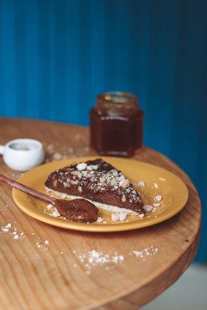 Doces, tortas doces e salgadas, toasts e cafés quentes e gelados do Maré Café
