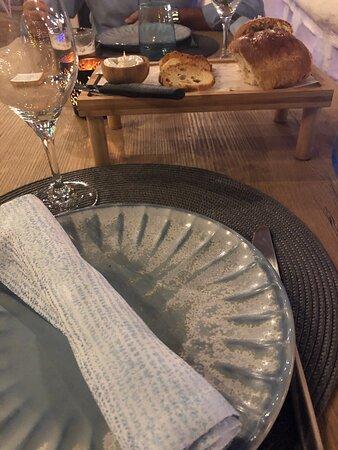 Las cigalitas al ajillo muy ricas, El tártar de atún perfecto . El Steak tartar estupendo y el local muy agradable , al igual que el personal.