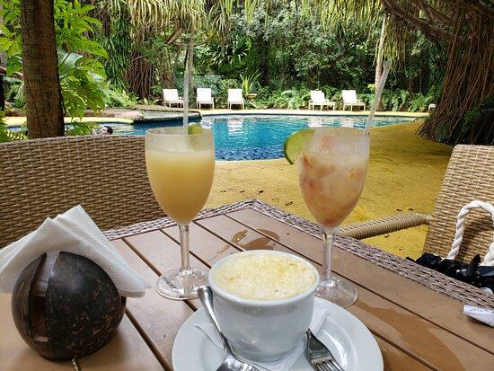 piscina da área dos bangalôs, suco e caipifruta de caju e escondidinho de carne de sol