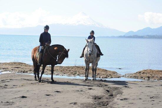 sur la plage avec vue sur le volcan Osorno
