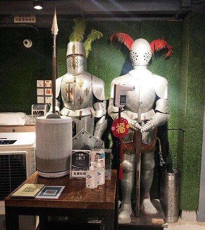 入門有兩個鐵甲人守衛, 疫症期間, 客人先要量體溫及做安心出行, 擺設有特色