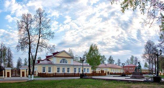 Вид на музей-усадьбу П.И. Чайковского со стороны пруда