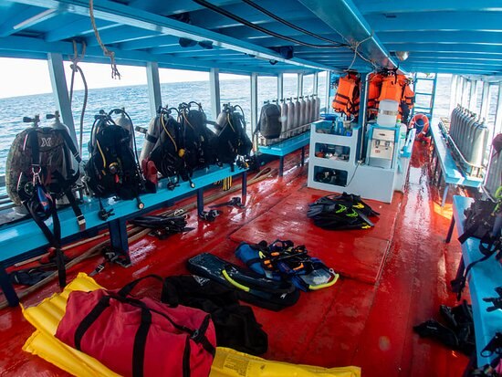 well organized boat; weight belt on the floor; distance between the divers, safety buoy ready in the back
