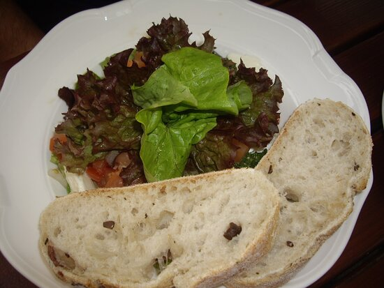 Tomaten-Mozzarella-Salat 8,90 Euro .