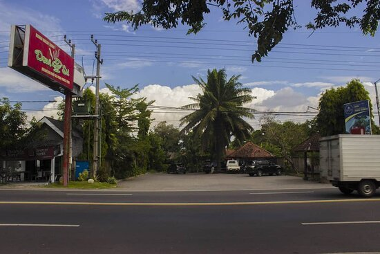 Rumah Makan Dewi Sri adalah restoran dengan berbagai fasilitas lengkap mulai lahan parkir yang bisa untuk 5 bus sekaligus, area dine-in yang luas dengan taman-taman asri yang indah. Cocok untuk tempat berkumpul keluarga dan acara - acara spesial anda,