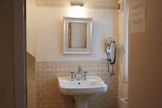 Badkamer bij kamer ingericht door toneelschrijver Bart Cafmeyer
