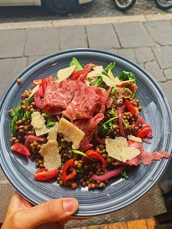 Insalata di lenticchie,pastrami, scaglie di grana,rucola, pomodori freschi e vinaigrette al tartufo