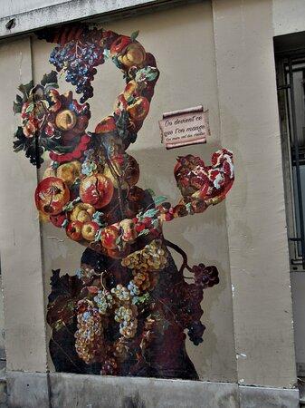 Collage de la street artiste Rebecca, réalisé en juillet 2021 au 42 rue Descartes dans le 5ème arrondissement