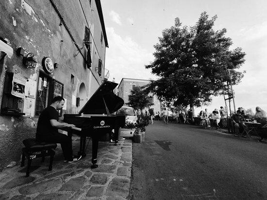 NICO PISTOLESI e un pianoforte al tramonto