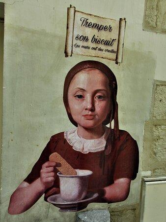 Collage de la street artiste Rebecca, réalisé en juillet 2021 au 24 rue Maître Albert dans le 5ème arrondissement