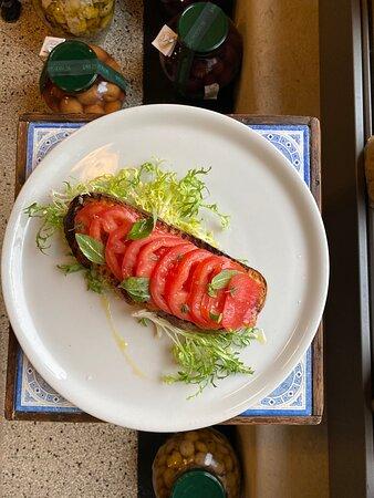 bruschetta di altamura con pomodori cuore di bue