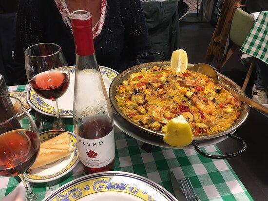 paella pour deux avec le vin de Navarre (premier prix en bouteille) OK le niveau de la bouteille est tombé en comparaison avec la photo du jambon mais c'est raisonnable. La bouteille est conservé edans un emballage sur la able pour garder le vin frais.