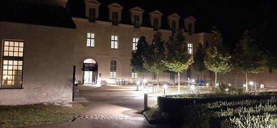 Entrée de l'hôtel, de nuit