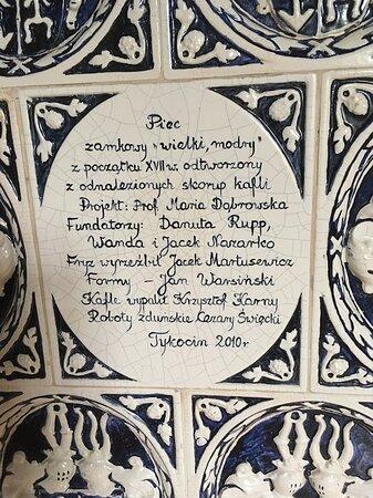 detal z opisem ogromnego pieca w sali zamkowej