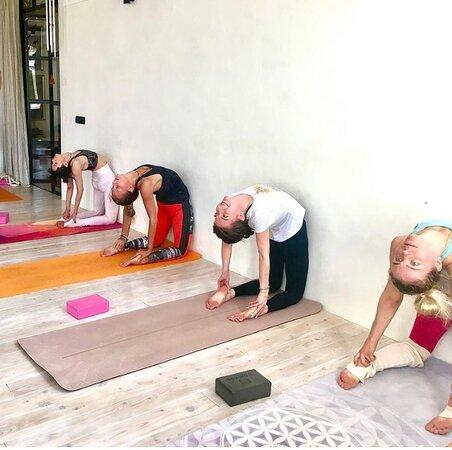 Зал уютный и просторный, кондиционированный - чистые коврики и вспомогательные йога атрибуты.