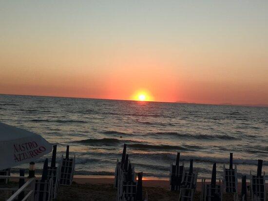 Romantico tramonto sul mare dal ristorante.