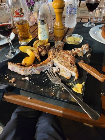 Leon, spacious, good food, drinks and service in Gouvia