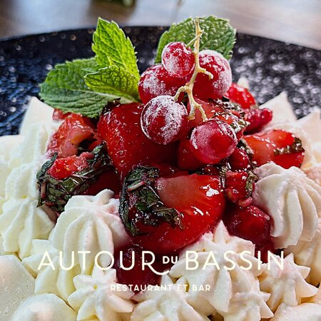 Frais, aérien, onctueux et subtilement acidulé, terminez votre repas sur une délicieuse note sucrée avec notre pavlova aux fruits rouges marinés : crème légère à la vanille et parfait aux fruits rouges.