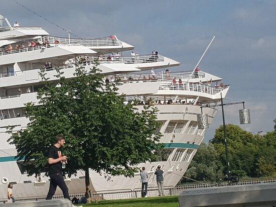 Μπορντό, Γαλλία: Le Nassau accoste en ville…..démesure !