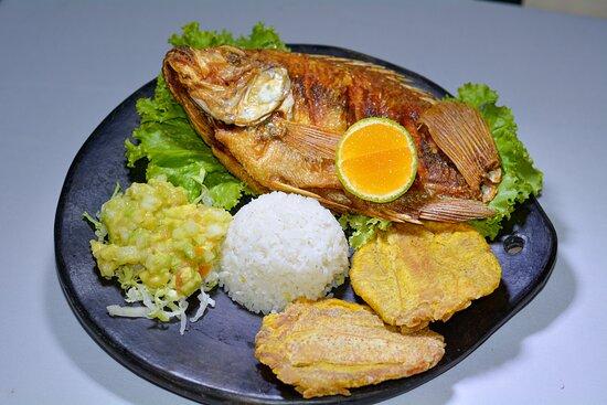 Campoalegre, Colombia: Mojarra frita o asada, acompañada de pataconas, arroz, sopa, jugo natural.