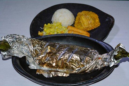 Campoalegre, Colombia: Mojarra asada, acompañad de arroz, pataconas, sopa, jugo natural.