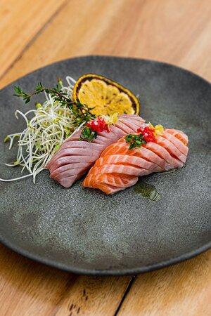 Dupla de nigiri de barriga de salmão.