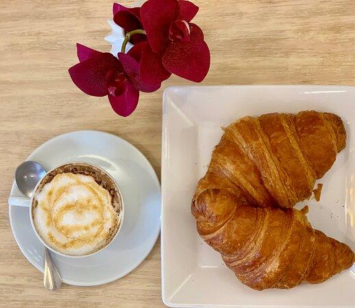 Combinação perfeita: café e croissant.