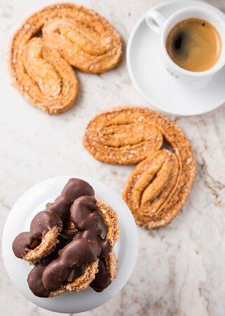 Café com petit four: palmier (massa folhada com açúcar).