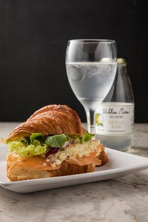 Croissant recheado com salmão defumado!