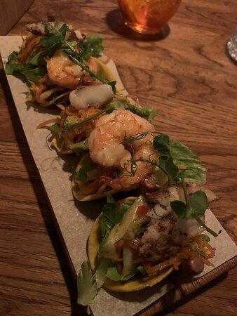 Mini-Tacos, gefüllt mit geräuchertem Makrelen-Filet und Tigergarnelen