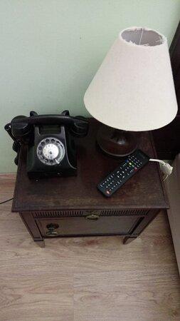 Detalhe do telefone no quarto. Funciona perfeitamente.