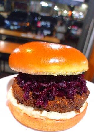 Falafel burger  Hambúrguer de falafel com molho especial de limão e coentro e beterraba com wassabi
