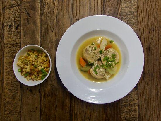 Nous vous présentons en ce dernier jour du mois d'août une spécialité alsacienne de notre Chef Boris. 👨🍳  La ballotine de poulet jaune fermier au foie gras & spaetzle. ✨  Ce plat gourmand est proposé en suggestion, à la Brasserie des Remparts. 🍲