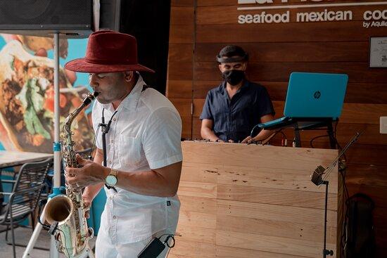 Saxofonista y DJ EN VIVO todos los viernes a las 8 pm.