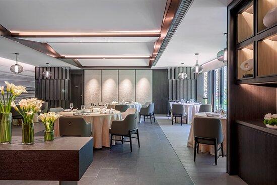 """吉宴中餐厅延续清朝咸丰年间""""一厘馆""""茶居传统的设计理念,厨师们结合经典的广府技艺,为宾客精心烹制出地道的广式特色佳肴。"""