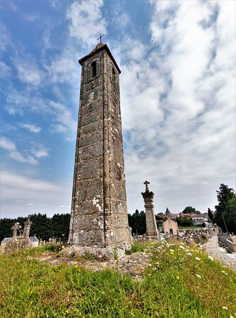 Mystérieuses colonnes creuses de pierres construites aux 12ème et 13ème siècles, leurs fonctions alimentent des débats. Pour certains il est admis qu'une flamme était hissée au sommet lors du décès d'un paroissien. cette flamme était retirée après L'inhumation.